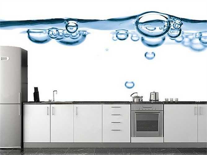 Căn bếp sáng sủa và mát mẻ hơn với bức tranh tường hình giọt nước.