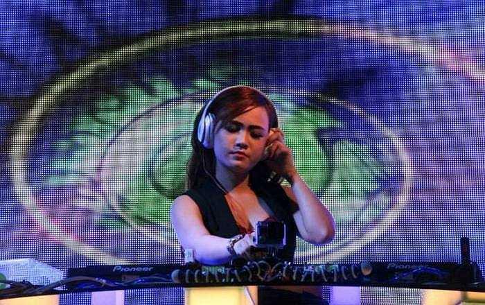 Nữ DJ thích đi du lịch, xem phim hành động và chơi những trò chơi cảm giác mạnh.