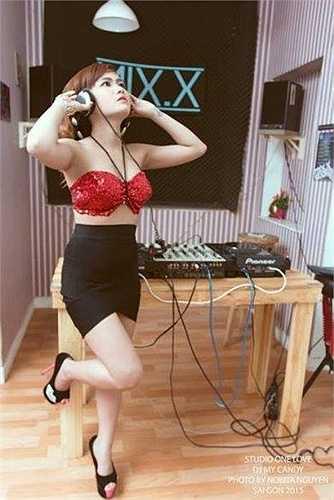 Nữ DJ cũng đang học thêm nâng cao lớp DJ để trau dồi thêm kinh nghiệm, kĩ năng về nghề.