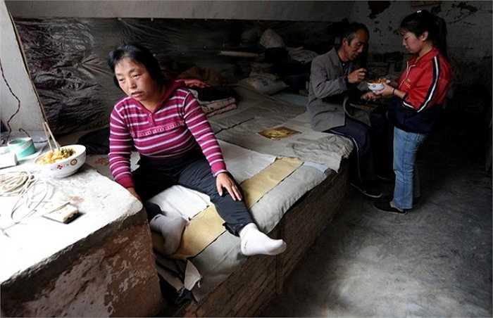 'Gia đình tôi nghèo không chỉ vì bệnh tật, mà còn vì vợ chồng tôi thất học. Chúng tôi thà chết còn hơn phải bắt con từ bỏ cơ hôi học tập', ông Li Zhiming nói với tờ Morning Life Post. Hai ông bà tuyệt thực cho đến khi con chấp nhận đi học