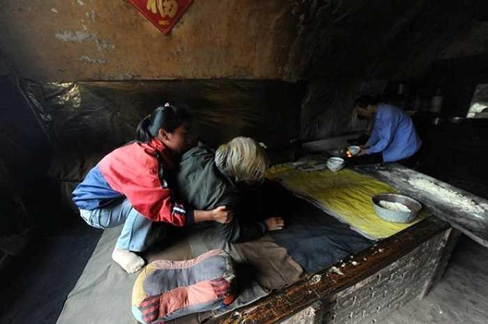 Vợ chồng ông Li Zhiming đau ốm quanh năm. Năm 2013, gan ông tổn thương nghiêm trọng. Sức khỏe vợ ông cũng yếu từ trước. Mẹ ông lại mắc bệnh viêm khớp nặng. Họ sống trong cảnh nghèo đói. Chao từ bỏ giấc mơ đại học, ở nhà chăm sóc cha mẹ, kiếm tiền nuôi em gái ăn học.