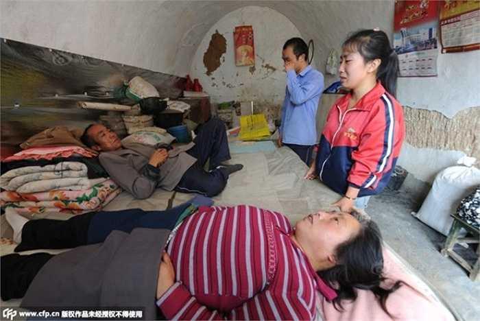 Tháng 6/2014, Chao tiếp tục tham gia kỳ thi gaokao và trúng tuyển Đại học Chiết Giang. Li Xue cũng đỗ vào một trường khác. Gia đình cố gắng vay mượn với hy vọng hai con có thể tiếp tục đến trường. Cuối cùng, nhờ sự giúp đỡ của những người hảo tâm, hai anh em tích cóp đủ tiền học phí. Tuy nhiên, khi họ sẵn sàng thực hiên giấc mơ đại học, người mẹ lại bị thoái hóa thắt lưng. Họ đành gác lại sự nghiệp học tập.