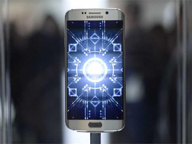 Samsung Galaxy S6 Edge - 750 USD - Một siêu phẩm thực sự đến từ Samsung. Ngoài ra hãng điện thoại Hàn Quốc đã biết cách để phát huy tối đa lợi thế màn hình cong của mình