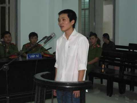 Bị cáo Lê Tiến Thành trước vành móng ngựa vì trộm cắp tài sản.