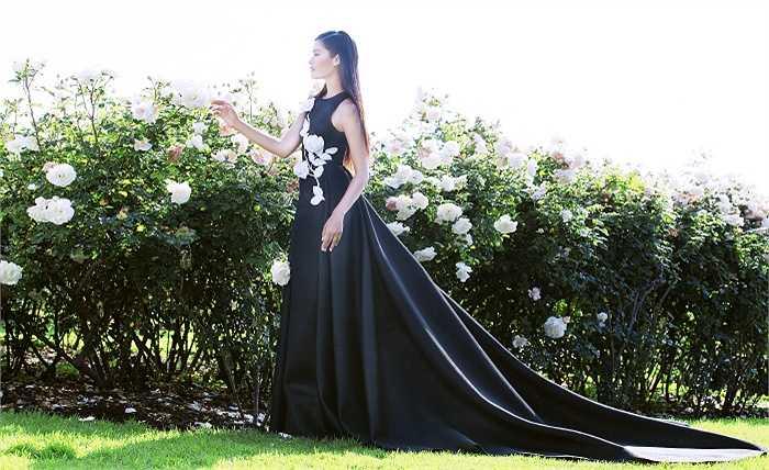 Bối cảnh chụp giữa khu vườn thơ mộng & nhiều hoa hồng đẹp như mơ ở thành phố Beverly Hills (Mỹ).