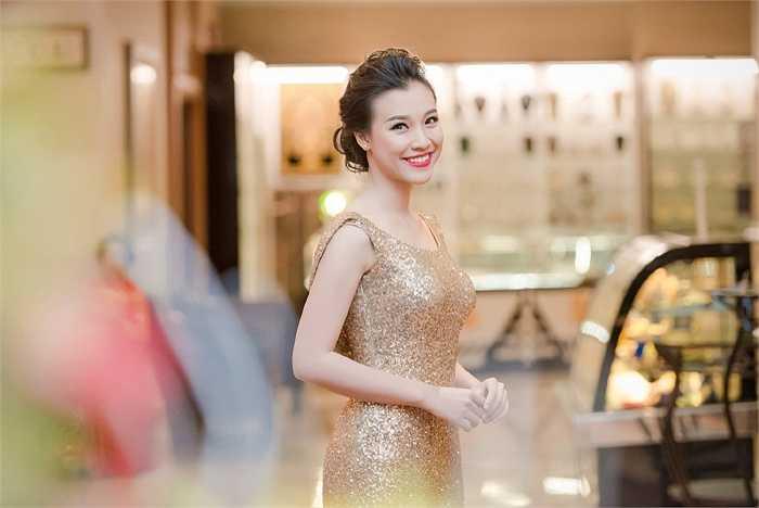 Có mặt tại Hà Nội làm MC cho một sự kiện tối qua. Hoàng Oanh khoe gương mặt khả ái với tông trang điểm tự nhiên kết hợp màu son đỏ nổi bật tạo điểm nhấn.