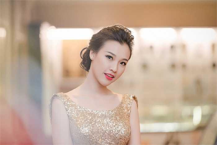Tại sự kiện, Hoàng Oanh nổi bật trong bộ váy ánh kim ôm sát cơ thể. Thiết kế giúp Á hậu phát huy lợi thế đường cong, tôn vẻ sang trọng quyến rũ.