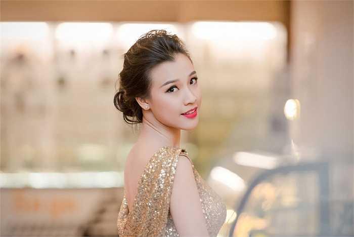 Váy ôm sát khoe lưng trần nóng bỏng của Hoàng Oanh.