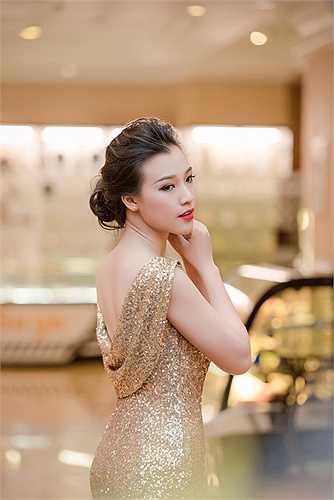 Kết thúc sự kiện, Hoàng Oanh vội vàng ra sân bay về lại Sài Gòn để tiếp tục những cảnh quay còn lại trong bộ phim truyền hình hợp tác Việt - Nhật 'Khúc hát mặt trời'.