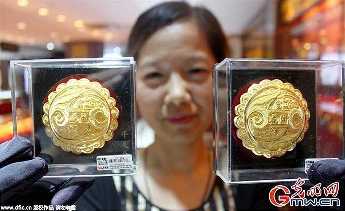 Những chiếc bánh làm bằng vàng được cho là món quà rất đắt tiền trong mùa Trung thu và luôn thu hút sự chú ý của các du khách