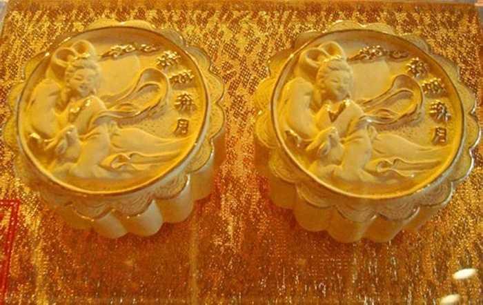 Trên bánh được trang trí hoa văn cách điệu tiên nữ nhằm thu hút khách hàng