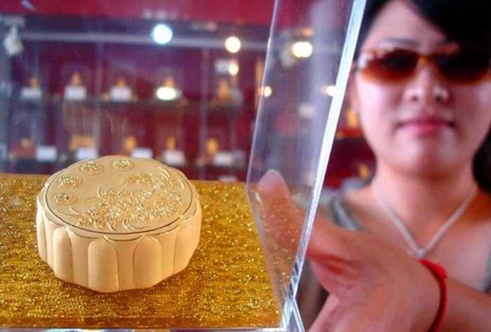Bánh Trung thu bằng vàng ròng xuất hiện trên thị trường Trung Quốc từ năm 2013, đến nay phân khúc này năm nào cũng thu hút sự quan tâm của khách hàng