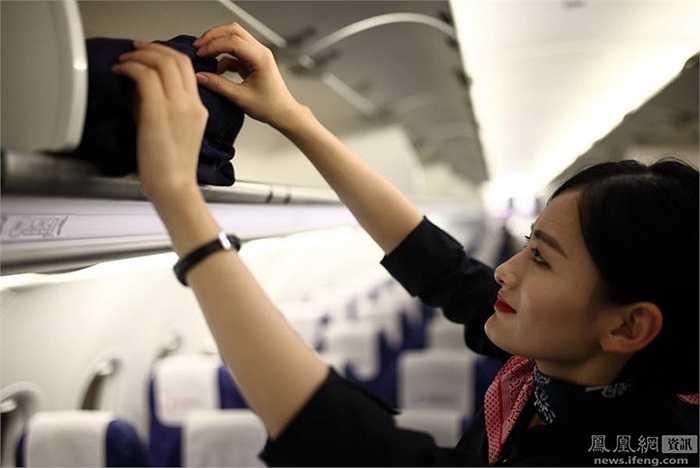 Sau chuyến bay dài, tiễn hành khách xuống máy bay, cô Wang lại sửa soạn hành lý để trở về. Cô đã trải qua khóa huấn luyện kéo dài 6 tháng với nhiều bài học về trang điểm, sơ cứu