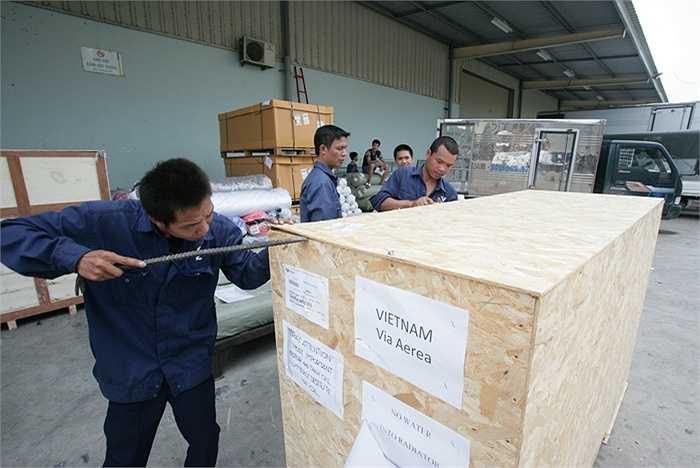 Hôm qua, siêu phẩm Vespa 946 Emporio Armani được chuyển bằng đường hàng không từ nhà máy của Piaggio tại Ý đã về tới Việt Nam.