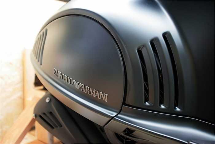 Chiếc Vespa bản đặc biệt mang nước sơn màu xám đen mờ, đặc trưng với phong cách Armani.