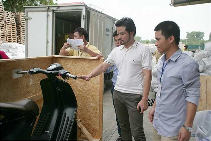 Ngoài động cơ 3 van với hệ thống phun xăng điện tử, xi-lanh khối bằng nhôm, Vespa 946 tích hợp công nghệ ASR kiểm soát độ bám đường (bướm ga sẽ ngắt khi phát hiện bánh xe bị trượt), phanh ABS.
