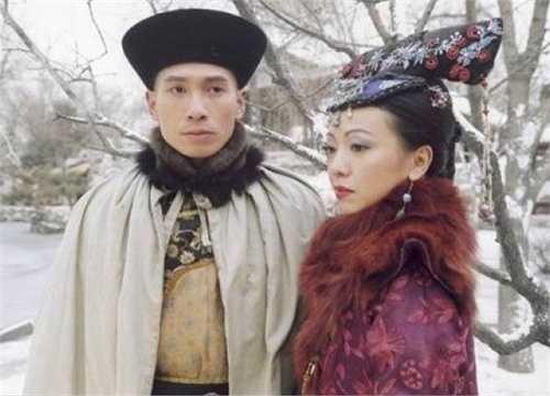 Trần Hào vào vai Khổng Võ - chàng trai nhà nghèo nuôi giấc mộng đổi đời. Sau vai diễn này, anh gặt hái nhiều thành công ở TVB với 'Bàn tay nhân ái 3', 'Cung tâm kế', 'Pháp ngoại phong vân'... Trong dàn diễn viên 'Thâm cung nội chiến', anh là người trụ lại lâu nhất với TVB.