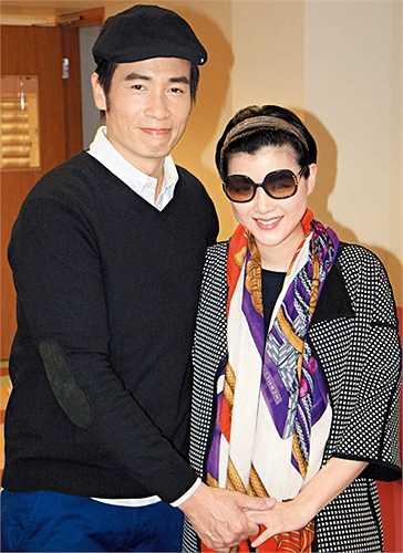 Trần Hào hiện giữ vị trí vững chắc ở TVB. Anh kết hôn năm 2013 cùng người đẹp Trần Nhân Mỹ. Cặp vợ chồng có hai con trai. (Nguồn: VnExpress)