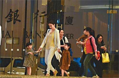 Nữ diễn viên giải nghệ năm 2008, sau đó kết hôn và sinh ba con gái. Trong ảnh, Lê Tư cùng người giúp việc đưa ba con đi mua sắm. Trong lần trả lời phỏng vấn gần đây, nữ diễn viên cho biết cô muốn tập trung cho việc kinh doanh chuỗi tiệm thẩm mỹ, không có ý định trở lại đóng phim.