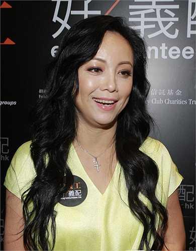 Đặng Tụy Văn sinh năm 1966, là diễn viên chủ chốt của TVB thập niên 1990, 2000. Năm 2013, người đẹp tiếp tục đảm nhiệm vai Như Phi trong 'Cuộc chiến chốn thâm cung 2' nhưng phim không được đánh giá cao. Vì điều này, Tụy Văn công khai chê tác phẩm, nói rằng cô ân hận vì nhận đóng phim khi chưa đọc kịch bản.