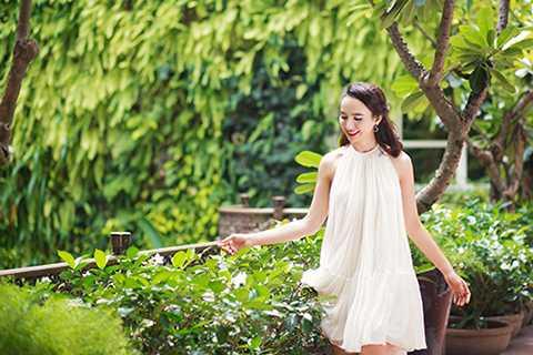 Bộ ảnh được thực hiện với sự hỗ trợ của stylist Tân Đà Lạt, nhiếp ảnh gia Tiên Nguyễn, trang điểm Phúc Nghĩa và nhà thiết kế Lê Thanh Hòa.