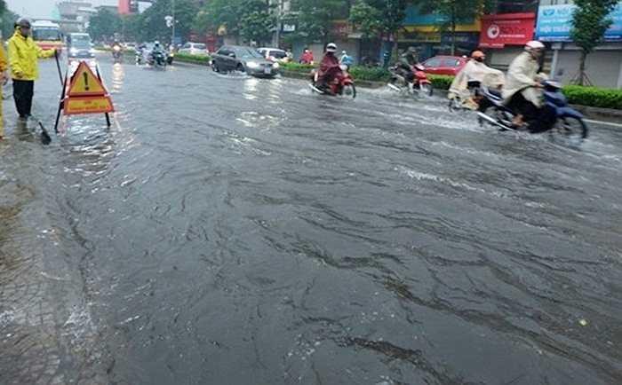 Cơn mưa lớn vào sáng sớm nay (8/9) đã khiến nhiều tuyến phố ở Hà Nội rơi vào tình trạng ngập sâu, các phương tiện lưu thông khó khăn.