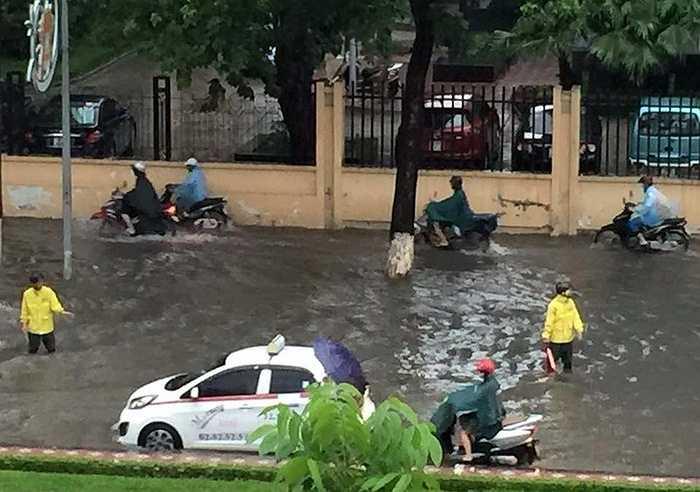 Đường Liễu Giai ngập sâu, nhân viên cấp thoát nước vất vả làm việc từ sáng sớm.