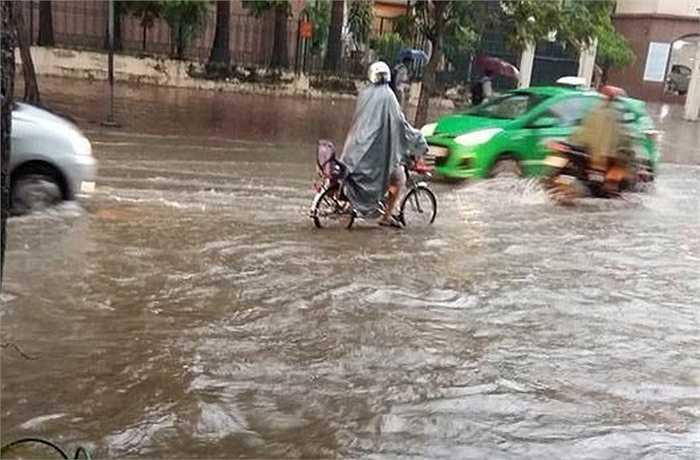 Đường Huỳnh Thúc Kháng ngập trong biển nước từ sáng sớm.
