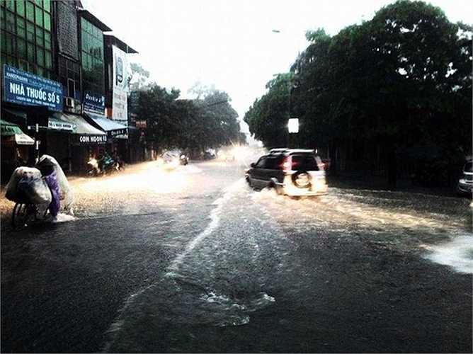 Phố Ngọc Khánh thường xuyên ngập úng khi có mưa lớn.