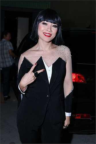 Mỹ Tâm xuất hiện trong Vietnam Idol với trang phục đen tuyền cùng màu với bộ tóc giả.  Khán giả đang chưa biết phải nhận định thế nào về ngoại hình tương đối 'khác người' này của cô thì ngay lập tức người ta phát hiện ra trang phục này giống với một thiết kế của Viktor & Rolf năm 2007.