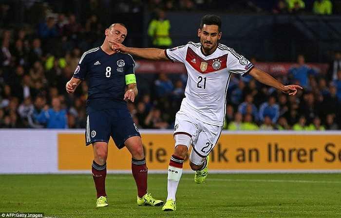 Pha đệm bóng cận thành của tiền vệ gốc Thổ Nhĩ Kỳ giúp Đức tiến sát chiếc vé dự vòng chung kết Euro 2016