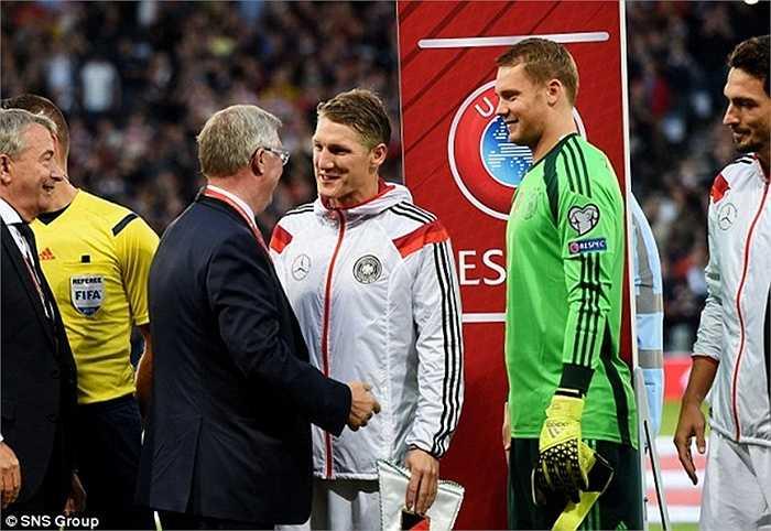 Bất chấp điều ấy, Sir Alex vẫn dành sự tôn trọng rất lớn cho Schweinsteiger. Trước thềm trận đấu giữa đội bóng quê hương ông, Scotland với Đức, ông xuống tận nơi hỏi thăm tân binh MU