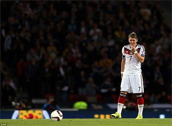 Dù tại MU, Schweinsteiger vẫn chưa chắc suất đá chính nhưng tại ĐT Đức, anh vẫn ra sân đều đặn, thậm chí được HLV Joachim Low tin tưởng giao phó chiếc băng đội trưởng