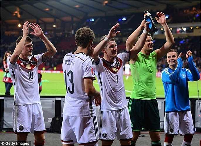 Ở trận đấu đêm qua, Schweinsteiger đã được hưởng niềm vui chiến thắng sau khi Đức đánh bại Scotland 3-2, đồng thời giữ vững ngôi đầu bảng