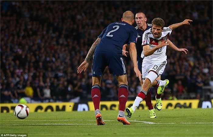 Có 1 chi tiết khá thú vị, Muller cũng là 1 mục tiêu mà MU theo đuổi gắt gao mùa hè này. Tuy nhiên anh vẫn ở lại Munich