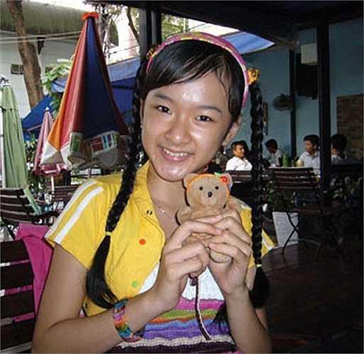 Angela Phương Trinh vai Vy (lúc nhỏ): Phương Trinh tham gia đóng phim từ năm 7 tuổi, với vai diễn đầu tay trong phim Kính Vạn Hoa. Mặc dù chỉ là vai phụ nhưng cô bé Diệp tốt bụng có đôi mắt lanh lợi, gương mặt đáng yêu đã chiếm được thiện cảm của khán giả. Tuy nhiên, phải đợi đến Mùi ngò gai, cái tên Phương Trinh mới thực sự tỏa sáng.