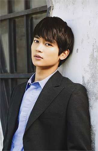 Choi Min Ho sinh năm 1991 là một anh chàng khá đa tài khi hoạt động trong các vai trò ca sỹ, rapper, dẫn chương trình và người mẫu