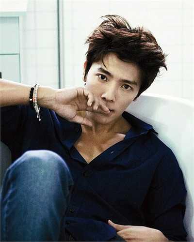 Khác với vẻ công tử của Si Won, nam ca sỹ sinh năm 1986 lúc thư sinh, lúc bụi bặm đầy thu hút