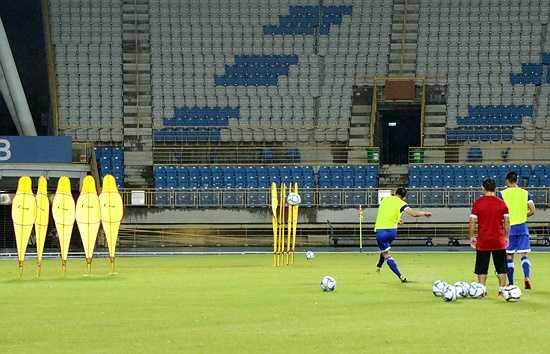 Đội tuyển khép lại buổi tập bằng các pha dứt điểm hàng rào điệu nghệ của các chân sút. (Ảnh: VFF)
