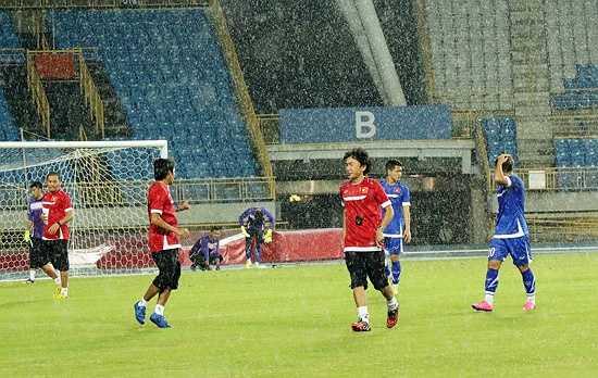 Thời tiết đã không ủng hộ thầy trò HLV Miura trong buổi tập duy nhất trên sân Municipal khi bất ngờ đổ mưa tầm tã, kéo dài tới gần 15 phút. (Ảnh: VFF)