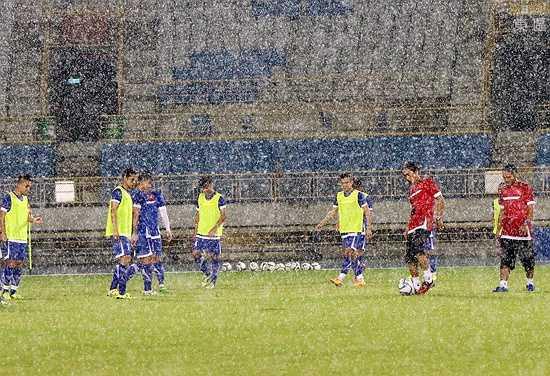Cơn mưa như trút nước đã ảnh hưởng khá lớn đến chất lượng buổi tập. (Ảnh: VFF)