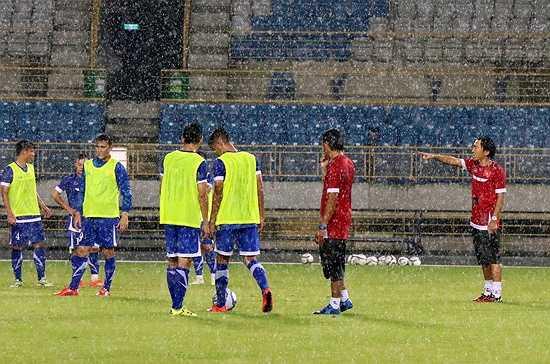 Bất chấp điều kiện thời tiết xấu, thầy trò HLV Miura vẫn giữ vững tinh thần tập luyện nhằm hoàn thiện khâu chuẩn bị cuối cùng cho trận đấu với chủ nhà Đài Loan. (Ảnh: VFF)