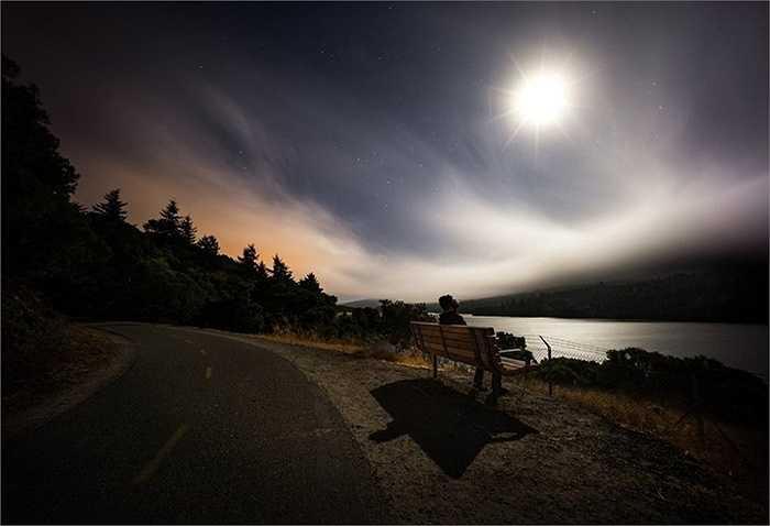 Bầu trời đêm hè với sao và trăng