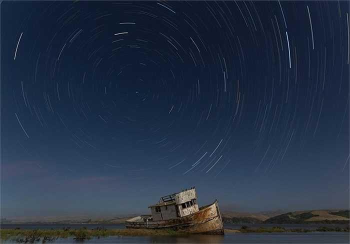 Những vòng tròn kỳ quái do chuyển động của các vì sao tạo ra trong đêm