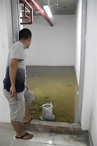 Lối thoát hiểm từ tầng hầm lên bị ngập nước