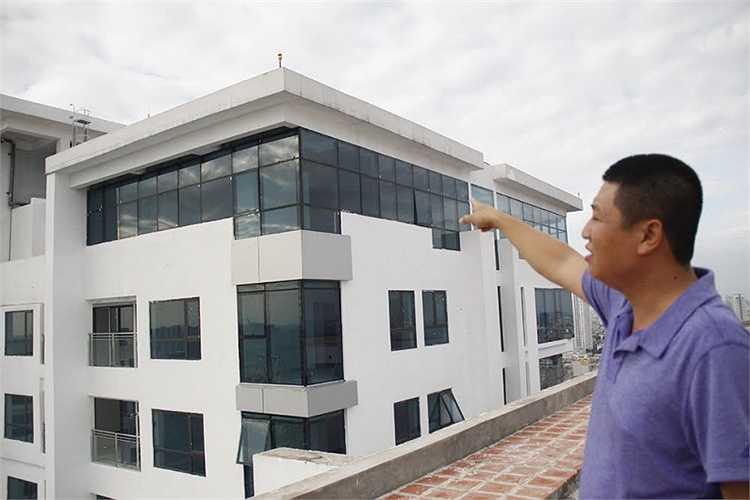 Ngoài ra, cư dân Golden Land cũng chủ đầu tư tự ý cơi nơi thêm để làm căn hộ riêng, khoảng vườn riêng cho gia đình mình tại tầng mái tòa A vốn là diện tích chung.