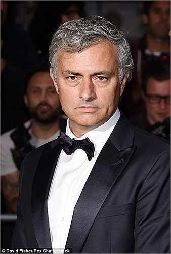 Những người có mặt tại buổi lễ nhận xét, con gái của Mourinho rất giống với Người đặc biệt