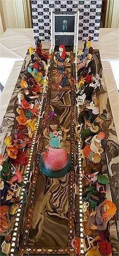 Chiếc bánh được lấy cảm hứng từ một sàn diễn thời trang với các bộ trang phục, túi xách phong cách hàng hiệu