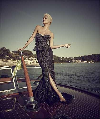 Người làm ra chiếc bánh là Debbie Wingham, 33 tuổi cũng là tác giả bộ váy kim cương đắt nhất thế giới nặng hơn 10kg