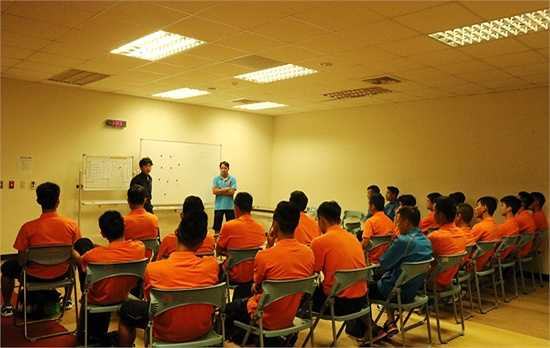 HLV Miura công bố đội hình xuất phát trong phòng thay đồ và nhắc lại cho các học trò những yêu cầu về đấu pháp sử dụng trong trận đấu với chủ nhà Đài Loan (Trung Quốc). (Ảnh: VFF)